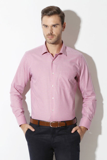 How to wear a pink shirt